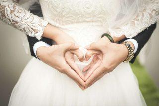 Mani a cuore in un matrimonio