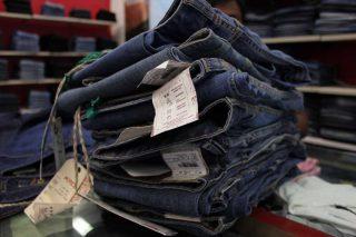 Jeans in un negozio