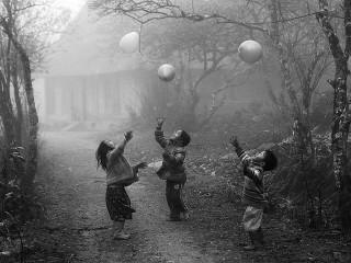 Bambini che giocano con i palloncini