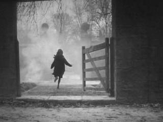 Bambina che scappa via