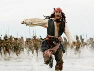 Pirata dei Caraibi che scappa inseguito dai nemici