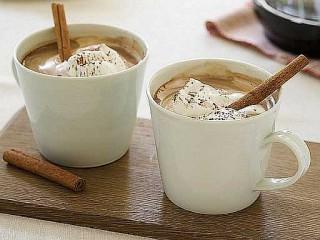 Tazze piene di cioccolato, caffè e cannella