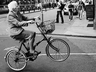 Nonnina in bicicletta