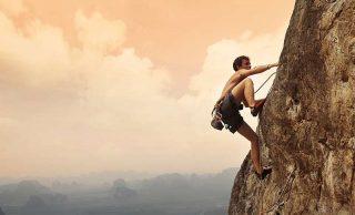 Arrampicarsi su una parete rocciosa