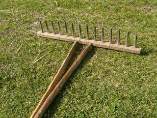 Vecchio rastrello di legno