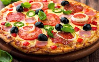 Pizza olive pomodori e cipolla