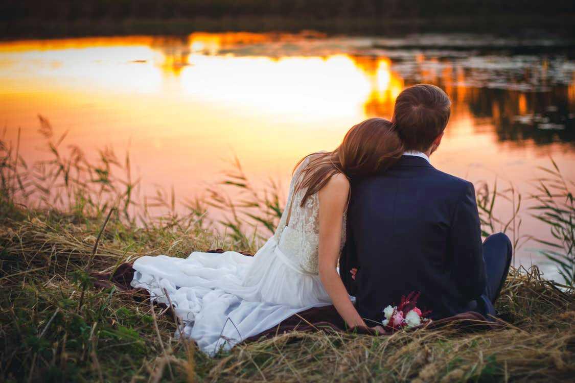 Marito e moglie in riva al lago