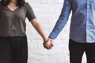 Marito e moglie mano nella mano
