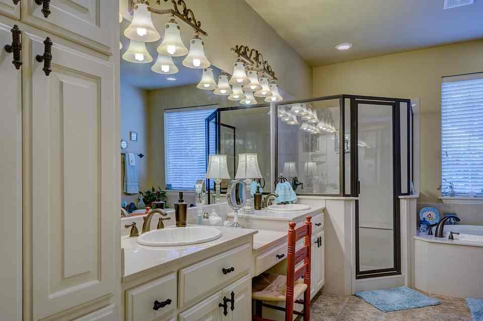 Toilette Da Bagno : Stanza da bagno con molte luci romoletto