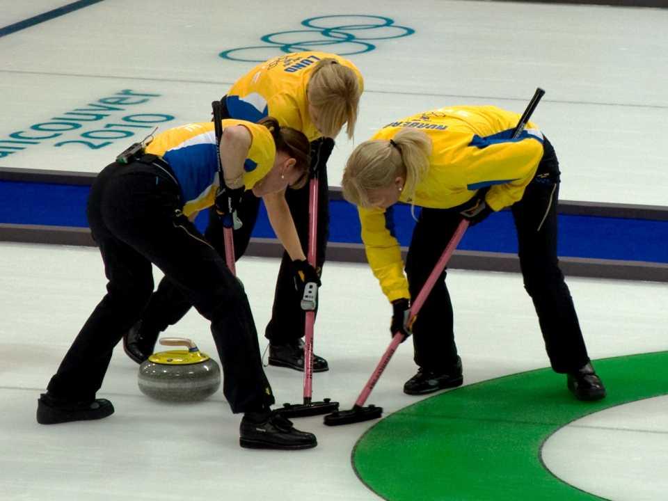 Spazzare la pista per il Curling