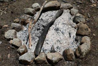 Cenere rimanente a seguito di un fuoco acceso per riscaldarsi o cucinare all'aperto