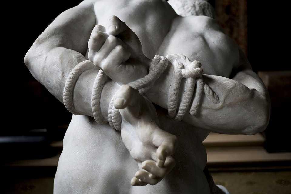 Scultura di una corda in marmo