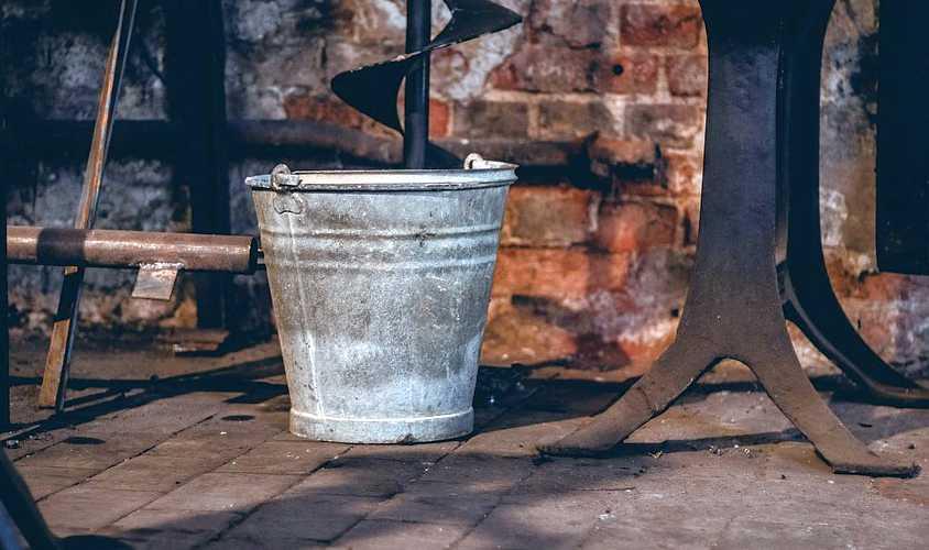 Secchio di latta antico