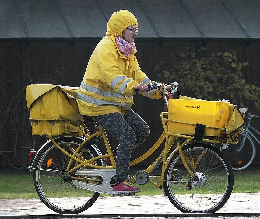 Portalettere tedesca in bicicletta