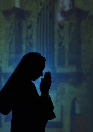 Silhouette di suora che prega