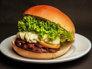 Un bell hamburger con maionese