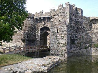 Antico castello con fossato difensivo